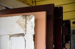 老木门品种在古董店的 库存图片