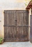 老木门在入口石头房子里 免版税库存图片