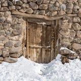 老木门在Kandovan vilage的石房子里在大不里士附近 免版税库存照片