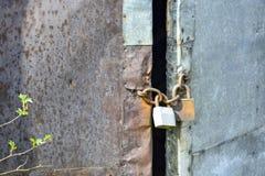 老木门布置与生锈的铁板料和被镀锌的板料 免版税库存照片