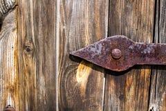 老木门背景和生锈的金属取决于 库存图片