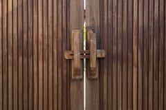 老木门锁与木标志横线 免版税库存照片