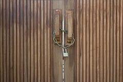 老木门锁与金属链子 免版税图库摄影