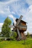 老木风车在俄罗斯的北部的一个村庄 库存图片