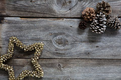 老木头和冷杉球果自然圣诞节假日背景的 库存照片