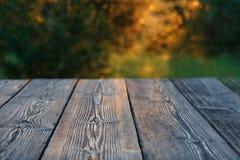 老木头构造了桌,绿金blured背景 免版税库存图片