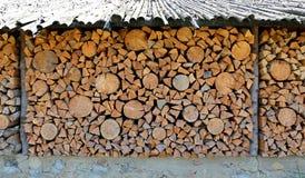 老木柴棚子和很多切好的日志 免版税库存图片
