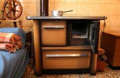 老木头燃烧的火炉在古老家厨房里  免版税库存照片