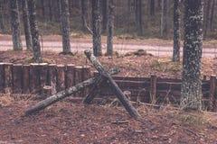 老木trenshes在拉脱维亚-葡萄酒减速火箭的作用 免版税库存照片