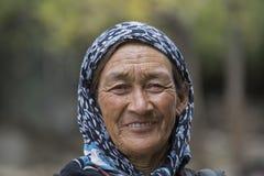 老未认出的地方妇女在Leh 印度 库存图片