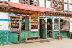 老本机在不丹购物 免版税库存照片