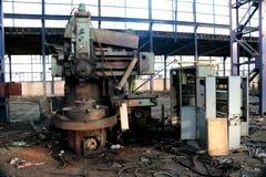 老机器在被破坏的工厂 免版税库存照片
