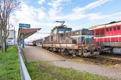 老机车停放的主要火车站在科希策斯洛伐克 免版税图库摄影
