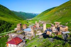 老村庄全景高加索的山的 图库摄影
