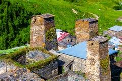 老村庄全景高加索的山的 免版税库存图片
