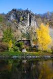 老村庄在河的Sazava村庄 图库摄影