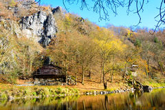 老村庄在河的Sazava村庄 免版税库存照片