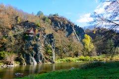 老村庄在河的Sazava村庄 库存图片