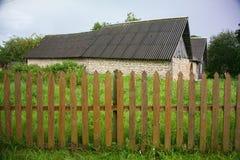 老村庄房子在北俄国乡下的历史疆土 操刀草甸木夏天的向日葵 库存图片