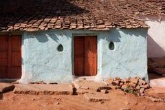 老村庄房子的入口 免版税库存图片