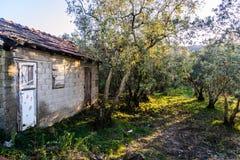 老村庄议院在Cinarcik镇乡下-土耳其 免版税库存图片