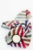 老杯子热的可可粉用蛋白软糖和一软的五颜六色的knitt 库存图片