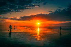 老果树园海滩的日出看守人 免版税库存照片
