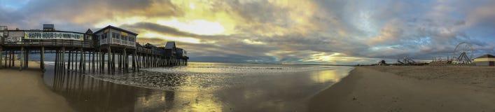 老果树园海滩码头全景横幅 免版税库存照片