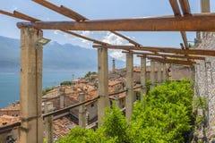 老柠檬房子和视图在Limone sul加尔达,湖加尔达,意大利 库存照片