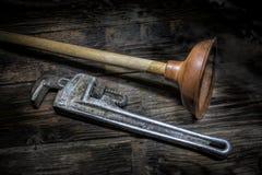 老柱塞和管扳手 免版税库存图片