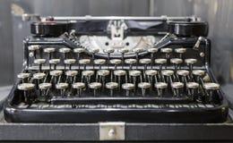 老标准便携式的打字机 库存照片