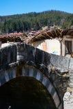 老桥梁和房子在民族志学村庄Koprivshtitsa 免版税库存照片