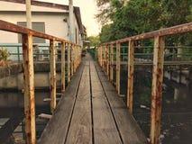 老桥梁和生锈的栏杆在水发行 免版税库存图片