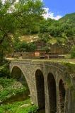 老桥梁和水坝墙壁 库存照片