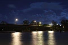 老桥梁在晚上 免版税库存照片