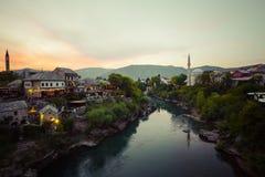 老桥梁在莫斯塔尔在晚上 达成协议波斯尼亚夹子色的greyed黑塞哥维那包括专业的区区映射路径替补被遮蔽的状态周围的领土对都市植被 免版税库存照片