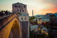 老桥梁在莫斯塔尔在晚上 达成协议波斯尼亚夹子色的greyed黑塞哥维那包括专业的区区映射路径替补被遮蔽的状态周围的领土对都市植被 免版税图库摄影