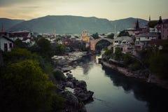 老桥梁在莫斯塔尔在晚上 达成协议波斯尼亚夹子色的greyed黑塞哥维那包括专业的区区映射路径替补被遮蔽的状态周围的领土对都市植被 免版税库存图片