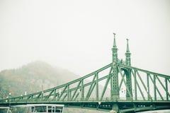 老桥梁在雾期间的布达佩斯 免版税库存图片