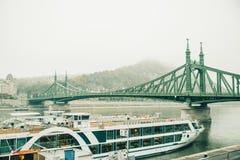 老桥梁在雾期间的布达佩斯 图库摄影