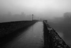 老桥梁有雾的早晨一些 免版税库存照片