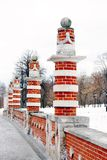 老桥梁柱子看法在Tsaritsyno公园在莫斯科 免版税库存照片