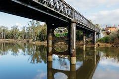 老桥梁横穿河-影片神色 免版税库存照片