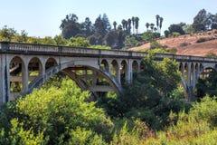 老桥梁,干燥河床 免版税库存照片
