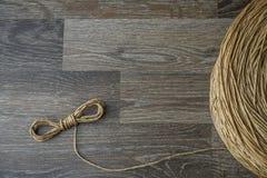老棉花绳索用于做使用的强的卷毛在船 免版税库存照片