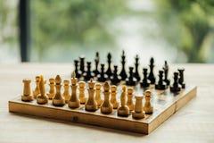 老棋盘为在桌上的一场新的比赛设置了 选择聚焦 免版税图库摄影