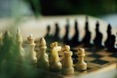老棋盘为在桌上的一场新的比赛设置了 选择聚焦 免版税库存图片