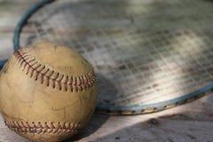 老棒球和球拍 库存图片