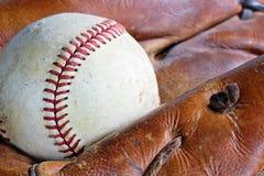 老棒球手套和球 图库摄影