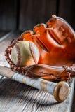 老棒球球和金黄手套 免版税图库摄影